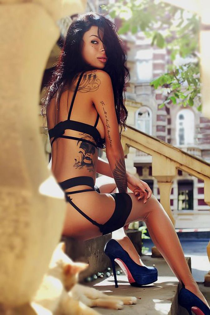 The sexiest pictures on the net. Woman tattoos and blue heels