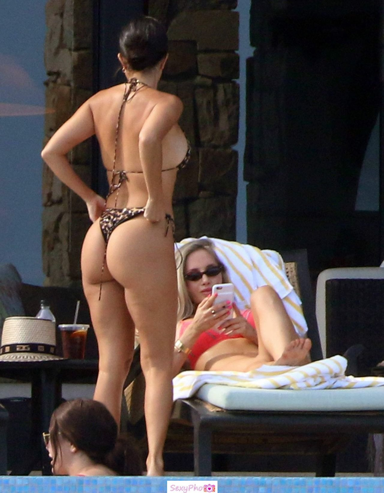 Kourtney Kardashian round ass in bikini