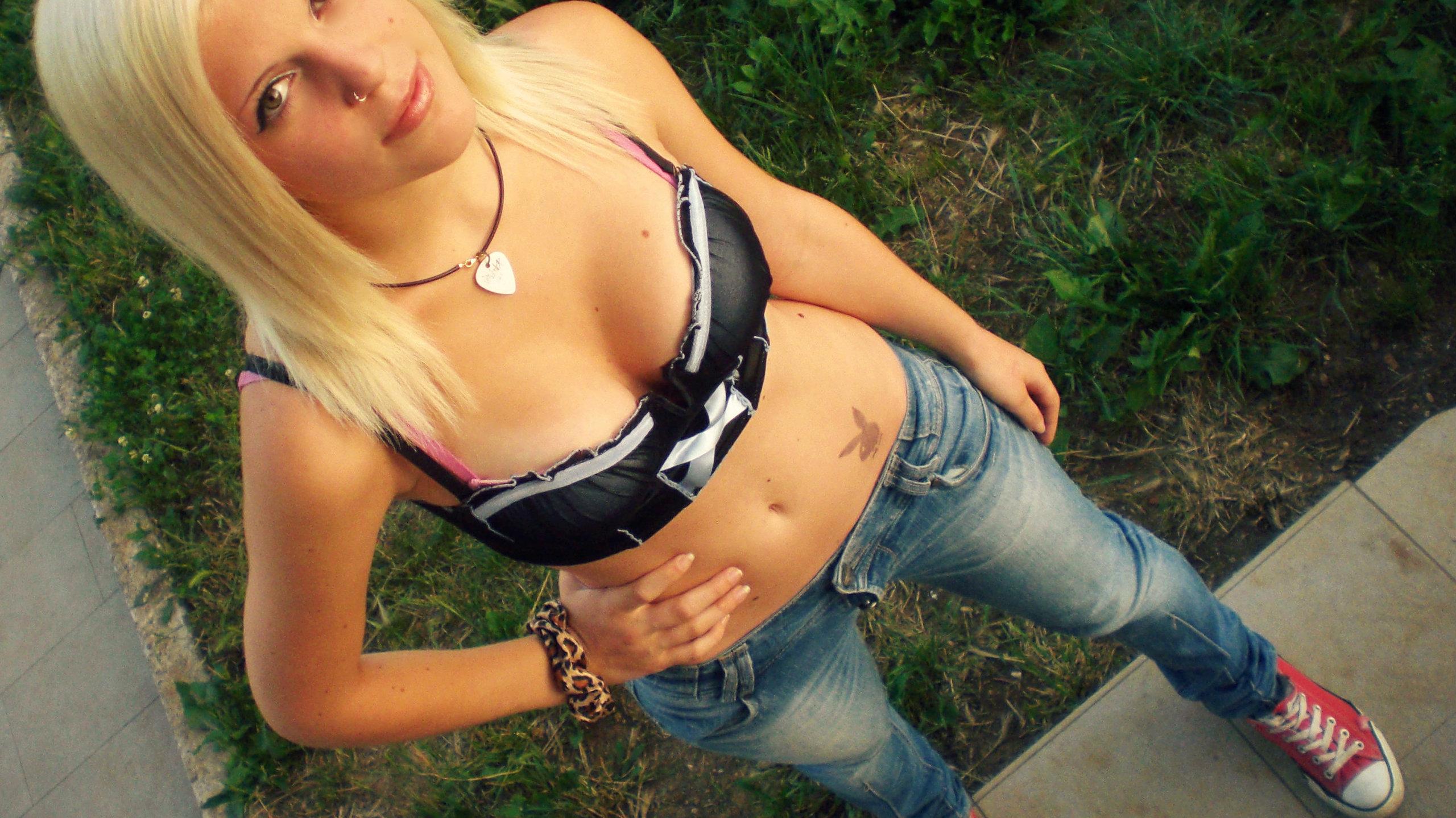 black-cosplay-model-blonde-eyes
