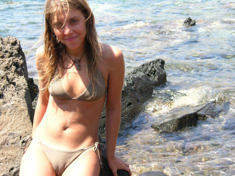 model-sea-beach-Greek-summer-bikini-camel-toe