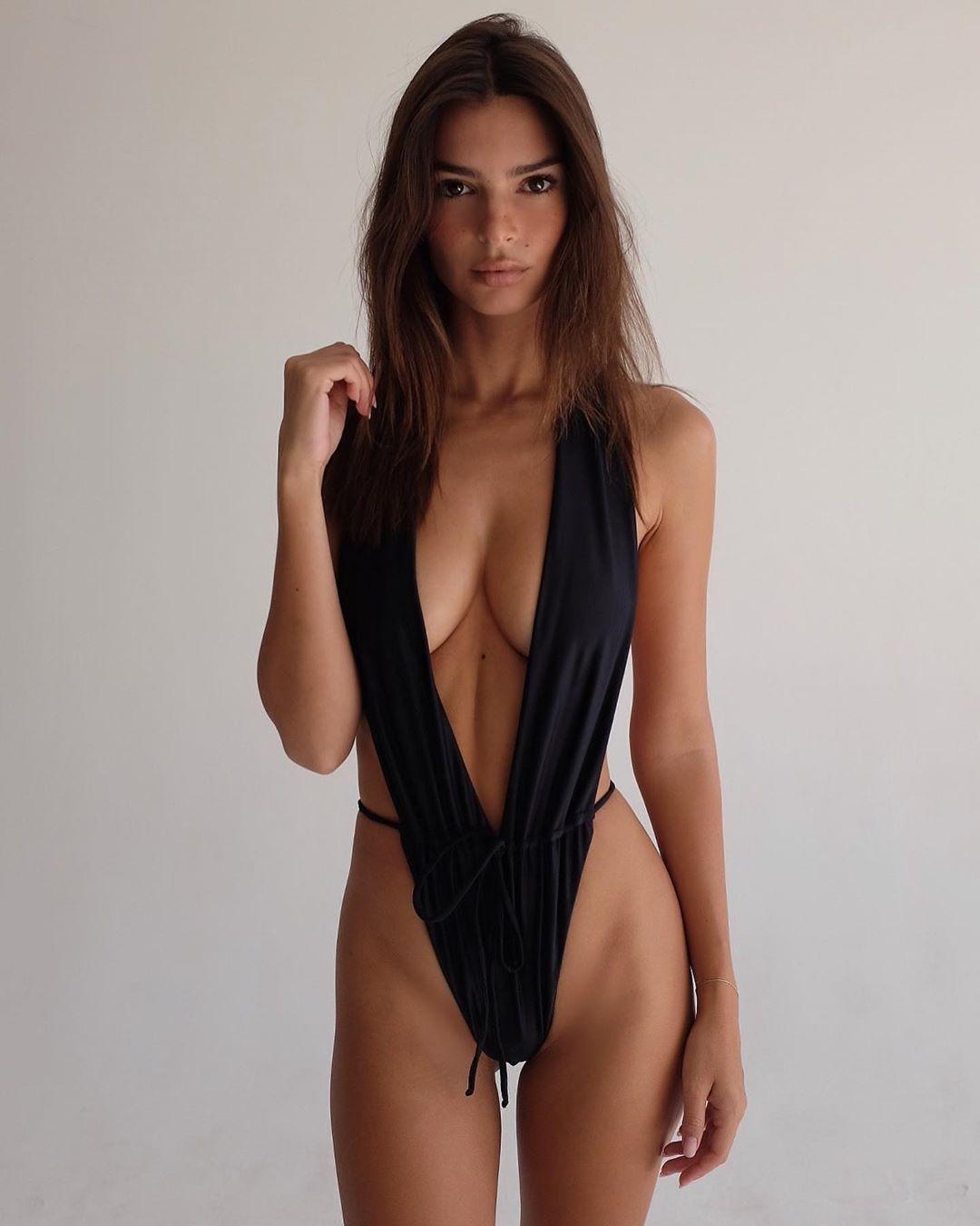 Emily-Ratajkowski-Sexy-bikini